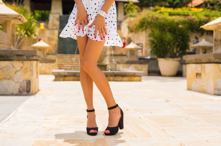 女性 ワンピース 脚
